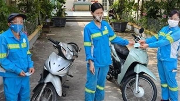 Chị lao công nhận 5 xe máy, tặng lại cho đồng nghiệp