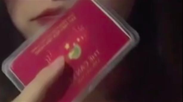 Khoe 'thẻ đỏ quyền lực': Có lớn nhưng chưa khôn