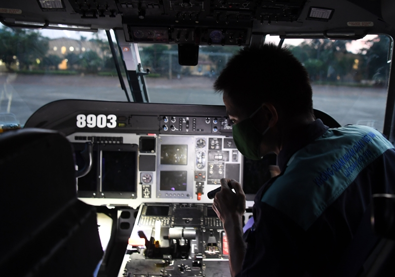 Nhân viên kỹ thuật lần lượt kiểm tra từng thông số kỹ thuật. Trên đài chỉ huy, từng khẩu lệnh ngắn gọn, rõ ràng liên tục được truyền đi.