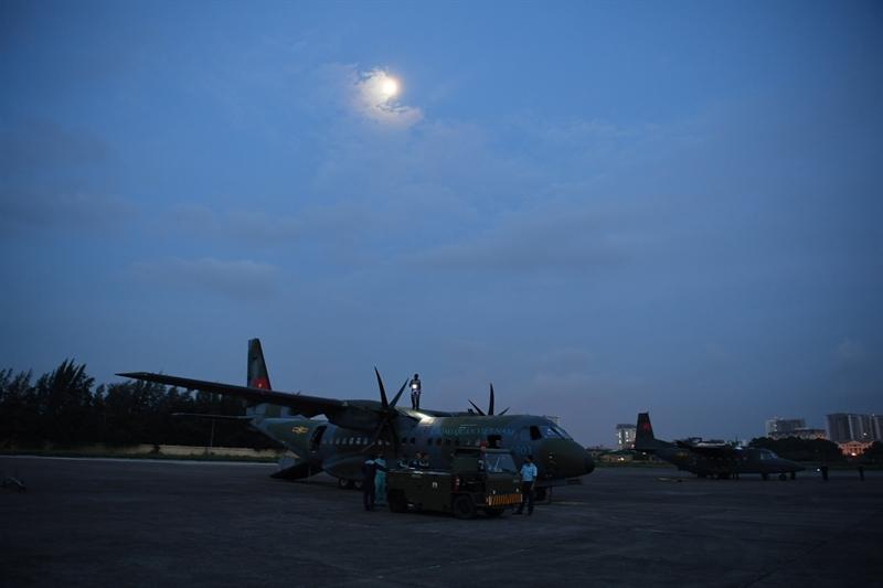 Những bước chân khẩn trương tỏa ra các hướng. Từng chiếc máy bay lần lượt được xe kéo từ hangar (nhà để máy bay) ra vị trí sẵn sàng lăn bánh chờ lệnh cất cánh.