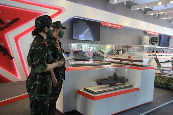 Tại phân khu Triển lãm vũ khí, trang bị, Tập đoàn Công nghiệp - Viễn thông Quân đội (Viettel) và Tổng Cục Công nghiệp Quốc phòng đã giới thiệu những sản phẩm vũ khí, khí tài hiện đại nhất của Quân đội nhân dân Việt Nam tới khách tham quan.