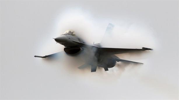 F-16 gây bất ngờ bằng vụ nổ phá tường âm thanh