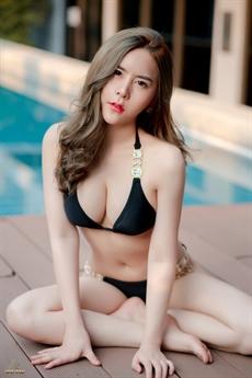 Là mỹ nữ nội y gợi cảm, Shen Yue không quá ngại ngùng trong những bộ trang phục nóng bỏng như vậy.