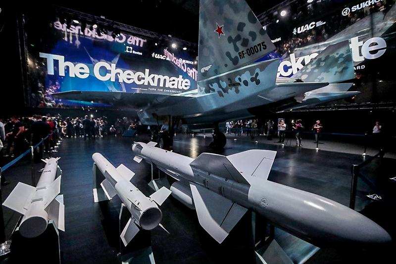 Theo đánh giá của giới chuyên gia, việc báo Mỹ so sánh Checkmate với J-10C được cho là khá bất ngờ bởi ngay từ khi được công khai, dòng tiêm kích tàng hình 1 động cơ này của Nga thường được đặt ngang hàng với F-35 của Mỹ - dòng chiến đấu cơ cùng thế hệ.
