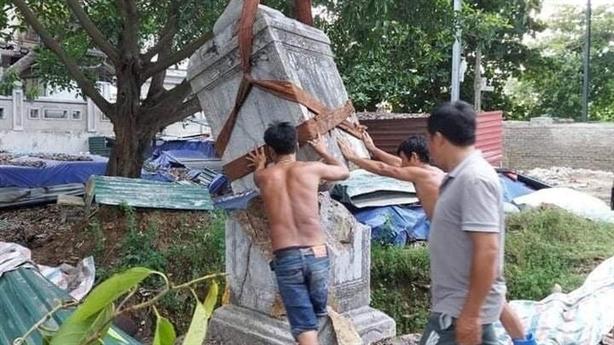 Cẩu làm vỡ bia đá cổ 342 năm: Dùng lạt bó tạm