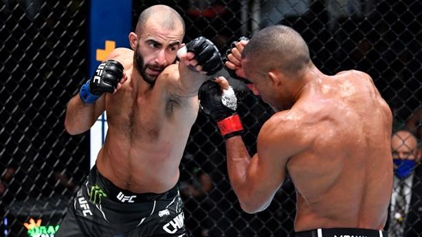 Võ sĩ đổi bài hạ knock-out Thần cước UFC