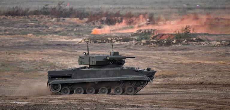 Cũng tại Zapad-2021, lần đầu tiên đội quân robot của Nga biết phối hợp với nhau thực hiện tấn công kẻ thù giả định.