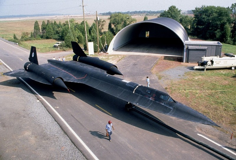 Theo Không quân Mỹ, SR-71 được thiết kế với khung thân đặc biệt và rất chắc chắn cùng với cặp động cơ phản lực Pratt và Whitney J58 giúp máy bay có khả năng đạt vận tốc cực đại trên 3,5M ở độ cao 26.800 m, có diện tích tán xạ hiệu quả nhỏ với hệ thống điện tử mạnh mẽ.