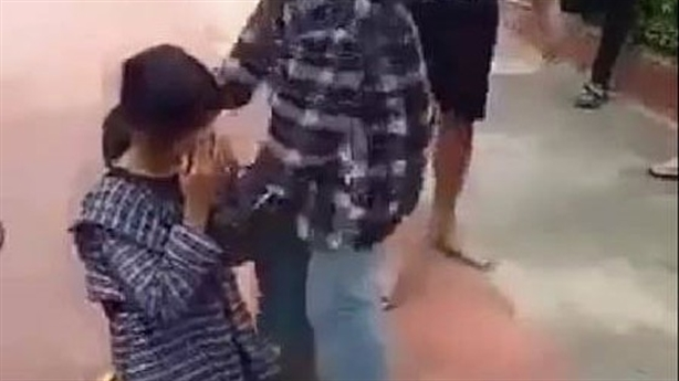 Tát nữ sinh, bắt quỳ gối ở trường: Do...nhìn đểu?