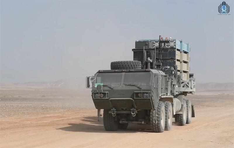 Trong khi đó, tại Nga và Israel, người ta thường mang Iron Dome ra so sánh với hệ thống pháo tên lửa Pantsir-S1 của Nga. Thiếu tướng Viktor Kupchishin, người đứng đầu Trung tâm Hòa giải của Nga ở Syria cho biết, trong những ngày qua, Pantsir-S1 dễ dàng vô hiệu đòn tấn công bằng UAV và pháo phản lực của phiến quân vào căn cứ Hmeymim của Nga ở Syria.