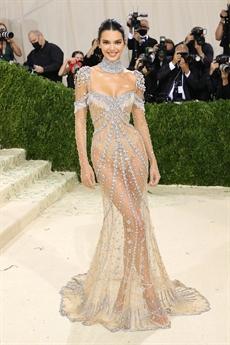 Người đẹp diện bộ trang phục xuyên thấu vô cùng táo bạo khoe thân hình Vệ nữ của mình.