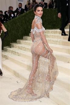 Màn xuất hiện của Kendall Jenner cũng khiến nhiều người nhắc tới một mỹ nhân đình đám của showbiz Việt là Ngọc Trinh.