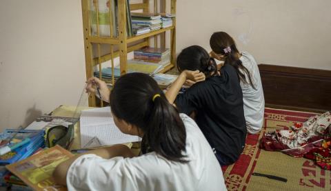 Mua điện thoại mới cho học sinh mượn học online