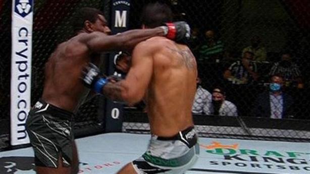 Lao vào cản đòn, võ sĩ Mỹ phản đòn đối thủ...cực gắt