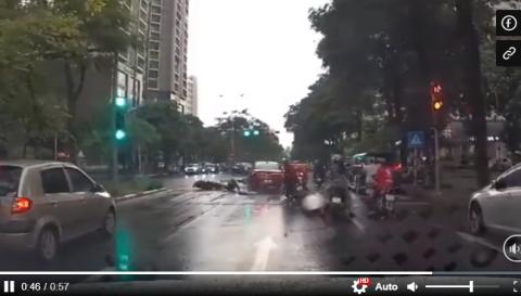 Ôtô biển Hải Phòng tông loạt xe máy chờ đèn đỏ