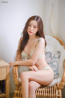 Gương mặt xinh đẹp thánh thiện của cô được rất nhiều người yêu mến.