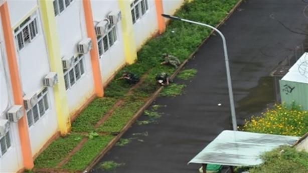 Tâm sự chiến sĩ bộ đội cặm cụi dọn cỏ lúc mưa
