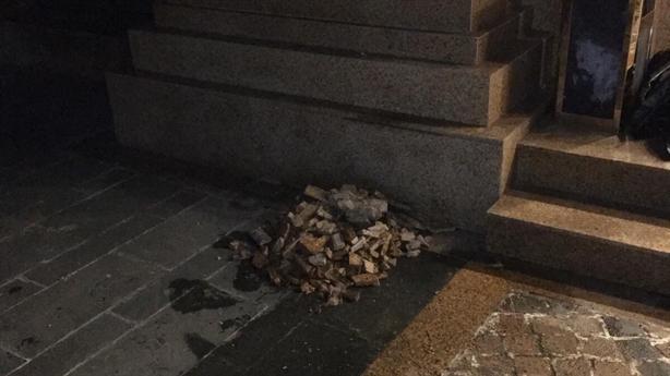 Dân lo hứng 'mưa đá' chung cư cao cấp giữa thủ đô