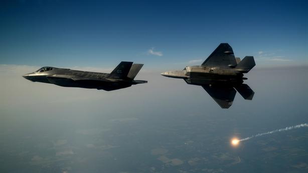 F-22 suýt đâm F-35