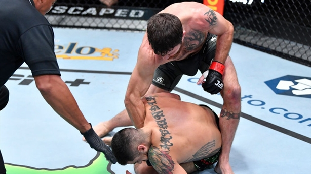 Kỷ lục gia UFC phản công hạ gọn đối thủ