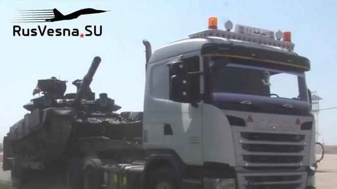 Theo hình ảnh được công bố, trong đợt điều động này của SAA có hàng loạt xe tăng hạng nặng T-90A, xe chiến đấu bộ binh BMP-2, pháo phản lực BM-21 Grad và pháo tự hành 2S1 Gvozdika.