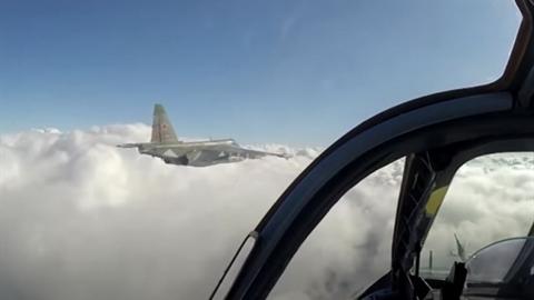 F-22 Mỹ bị đánh chặn bởi... Su-25 Nga trên Địa Trung Hải?