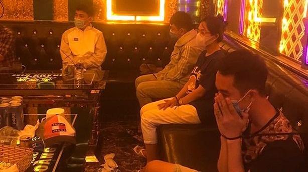22 nam nữ hư hỏng trong 3 phòng hát tại quán karaoke