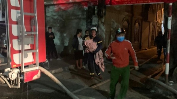 Khoảnh khắc cứu sống 5 người thoát khỏi đám cháy