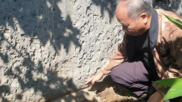 Bài thơ cổ trên vách núi Bài Thơ bị đất vùi sâu