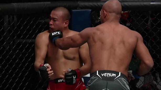 'Rùa sắt' UFC bị knock-out sau loạt đấm của đối thủ
